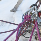 Übersicht behalten an einem Standplatz am Baum mitten im Eisfall