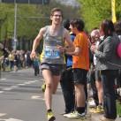 Einbiegen auf die Zielgerade beim Marathon - Jakob Stiller vor Anton Pototsky