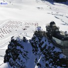 Blick von oben über die Bahn- und Wetterstation am Jungfraujoch