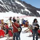 Zuschauer in Sommer-Sonnenlaune auf dem Jungfraujoch