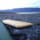 bequem gelegen auf steinigem Boden am Fjord bei Pingeyri