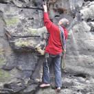 Dem Meister beim Klettern über die Schulter geschaut: Bernd auf der Suche nach einem Sicherungspunkt