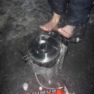 Warmes Essen und warme Füße beim Winterbiwak