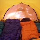 Bequem vier Schlafplätze im herrlich gelben Innenzelt