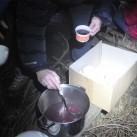 Gute Nahsicht: hier noch mit dem gedimmten Standardmodus beim tropffreien Glühweineinschänken am Lagerfeuer