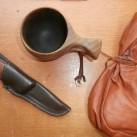 Bei Bernd immer dabei: Messer, Tasse, Kaffeebeutel