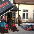 alles fand seinen Platz im Hillberg-Anhänger: die gepackten Bach-Rucksäcke genau so wie die Hilleberg-Zelte und neben Schneeschuhen auch zwei Pulkas