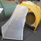 Nicht mehr neu, doch immer wieder skeptisch beäugt: das papiernen wirkende Zeltmaterial (in dem Fall bei Lightwave)