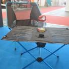 Der Tisch zum Stuhl: klein und leicht verpackbare Sitz- und Ablagegelegenheiten von Helinox