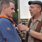 Hugo stellt immer viele Fragen: hier im hinterview mit dem Bildhauer vom Filmpeis 2012
