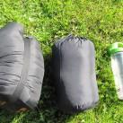 Tropicana Highlight -Größenvergleich zum Lestra-Schlafsack und einer kleinen Flasche