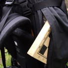 In den geräumigen Seitentaschen ist sogar Platz für das obligatorische Schachspiel