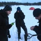 Einweisung ins Eisangeln - Der Atom LT Hoody gut geschützt unter einer alten Windjacke
