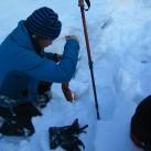 Wer den Schaden hat...beim Ausgraben des im Bach verlorengegangenen Schneeschuhes