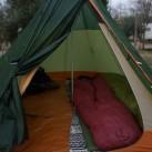 Großzügiger Innenraum mit 2 Isomatten + Schlafsäcken - nur die Hälfte des Tipis ist ausgefüllt!