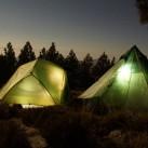 Nachtbild (mit langer Belichtungszeit) - Tipi im Vergleich zu KTM-Zelt