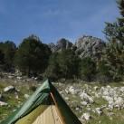 WickiUp 3 mit offenem Außenzelt vor schöner Karstgesteins-Kulisse