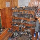 Breite Schuhauswahl auf der Pedrottihütte in der Brenta