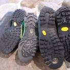 Schuhsohlen der klettersteigtauglichen Schuhe, bis auf dem Borneo ganz rechts alle mit 'Climbing Zone'