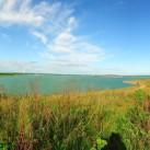 Die ersten Kilometer entlang des Störmthaler Sees: Farbstudie in Blau-Grün-Gelb