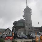 Warten auf die Wechsel vor dem wiedereröffneten alten Turm auf dem Keilberg