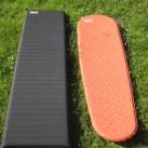 Im direkten Dimensionsvergleich: NeoAir Venure WV (schwarz) und Prolite Plus Women (orange)