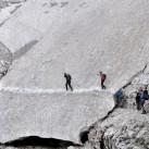 Keiner weiß, was oberhalb des Weges durch das Schneefeld noch lauert ...