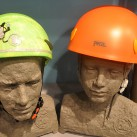 Kletterhelme für Kinder: links in einer In-Mold Ausführung von Skylotek, rechts in der Hybridvarinate von Petzl
