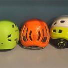 Helme von heute mit einem deutlich netteren Kopfklima bei den In-Mold Helmen auf der rechten Seite (linke Seite: Hybridhelme)