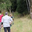 Outdoor-Bogenschießen: die Gruppenmitglieder schauen, wohin der Pfeil geht – keine leichte Aufgabe (Foto: Steffi Hofmann)