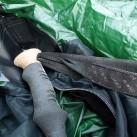 Der Griff des Trekkingstockes kommt in die großzügige und robuste Tarpaulin-Tasche am First.