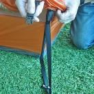 Jetzt können Außen- und Innenzelt mit dem Schnellverschluss verbunden werden