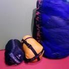 Bei komprimiert gelagerten Schlafsäcken kann sich die Isolation nicht entfalten - die Leistungsfähigkeit sinkt rapide und nachhaltig. Dringend unkomprimiert lagern!