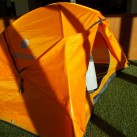 Ein Zelt kann über der Leine oder - bei absolut trockenem Wetter - stehend abtrocknen. Alle Türen und Belüftungsöffnungen sollten offen stehen
