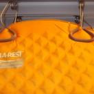 Isomatte an einem Bügel (mit breiten, weichen Gummibacken) hängend