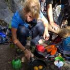 Kochertest beim Klettern: Mittagspause mit frisch zubereitetem Rührei