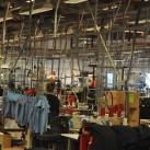 Die einzelnen Bekleidungsteile werden von Hand vollendet, wobei sich die Näherinnen im Laufe de rZeit auf bestimmte Teile spezialisieren.