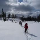 Auf der Schneeschuhtour können die Langarmshirts und Hosen ihre Stärke ausspielen.