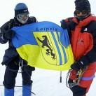 NumRi-Erstbesteigung 2002 - Gipfelfoto im Sturm