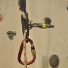Grivel Handsteigklemme: Blick seitlich auf die Stichplatte. Wem es zu schnell beim Abseilen wird, kann durch einen zweiten / dritten Karabiner die Bremswirkung erhöhen
