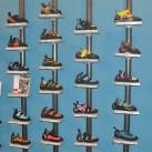 Eine ganze Wand voller Kletterschuhe, darunter auch vegane und lederfreie Modelle