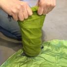 Sea to Summit Comfort Light Insulated Mat: Jet Stream Pump Sack - der Rollverschluss kann auch als Handschlaufe genutzt werden