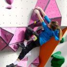 Sächsischer Kinder- und Jugendcup im Bouldern: Kaja beim Lösen der Probleme in der Vertikalen