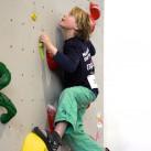 Sächsischer Kinder- und Jugendcup im Bouldern: Luc Aaron hat den nächsten Griff fest im Blick