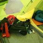 Salewa Alpine Hut IV: Blick ins trockene Vorzelt, während es draussen regnet.