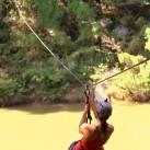 Anne überquert den Phasak Fluss, um das Klettergebiet in Thailand zu erreichen.