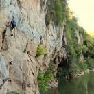 """Ich bei der Begehung des """"The Spiral Dance"""" (7a) am Flussufer des Phasak River (Thailand)."""