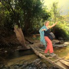 Isabell balanciert zum nächsten Sektor in Thakhek (Laos).