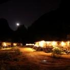 Das Green Climbers Home bei Nacht (Thakhek, Laos).