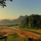 Der Ausblick auf die Berge des Phong Nha Massivs (Vietnam) vom Höhleneingang